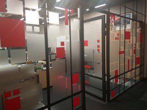 тонировка стеклянной перегородки в офисе